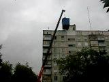 Подъем контейнера на крышу дома